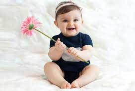 بچه گل در دست