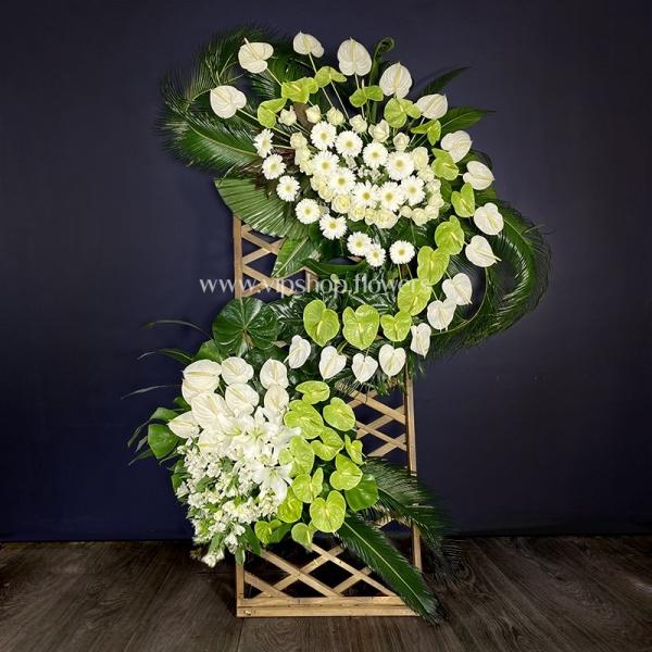 تاج گل تسلیت با پایه چوبی مشبک- گلفروشی آنلاین VIP Shop